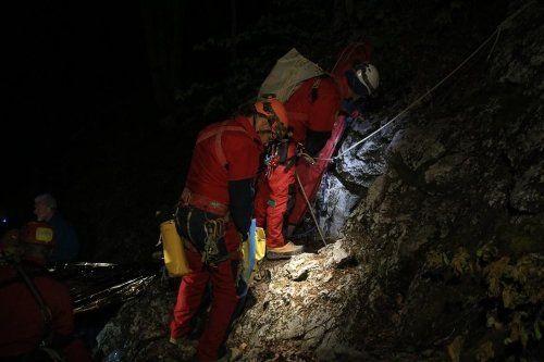 dei soccorritori che scalano una parete rocciosa con delle imbracature