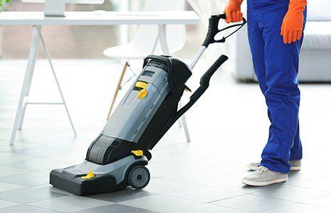 pulizia di un pavimento con macchina professionale