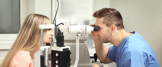 una coppia che fa un controllo della vista