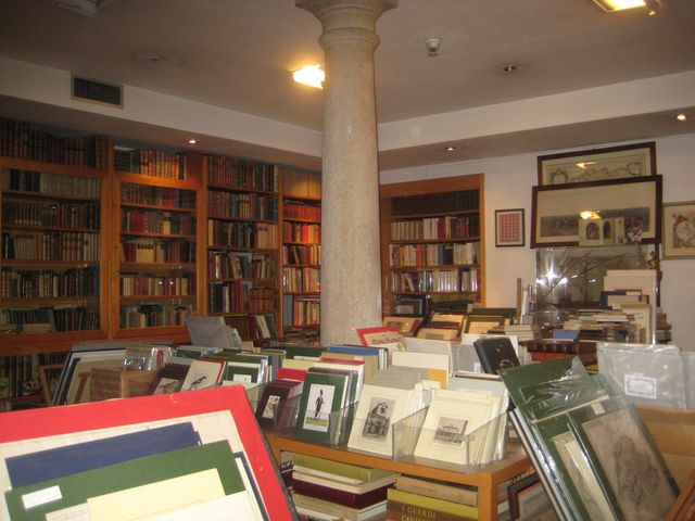 Scaffali di una libreria pieni di libri