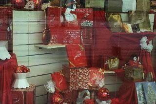 delle confezioni rosse natalizie di dolci