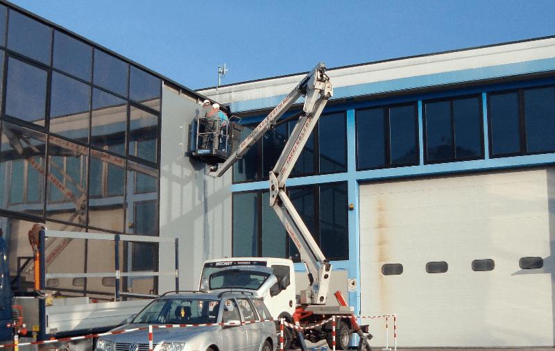 operaio lavora su una piattaforma elevatrice