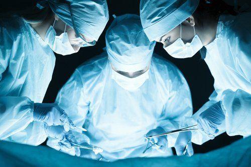 medici durante l'intervento chirurgico