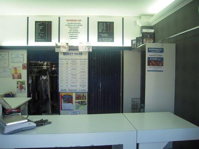 vista del bancone all'interno della lavanderia