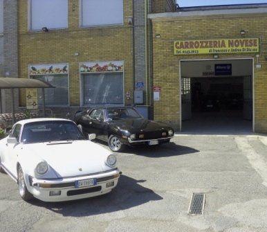 due macchine di lusso di fronte alla carrozzeria