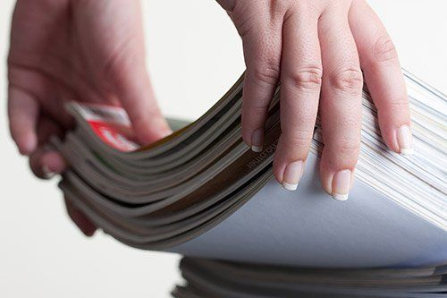 mani che sollevato un pacco di quaderni - stampa editoriale - Via Boccapaduli, 14 00151 Roma (RM) Italia