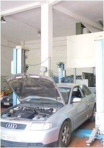 un'Audi all'interno di un'autofficina