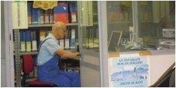 un meccanico all'interno dell'ufficio revisione