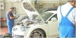 un meccanico revisiona un auto