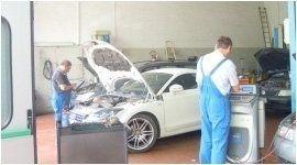 due meccanici effettuano una revisione auto