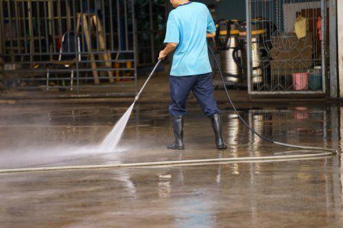pulizia di un capannone