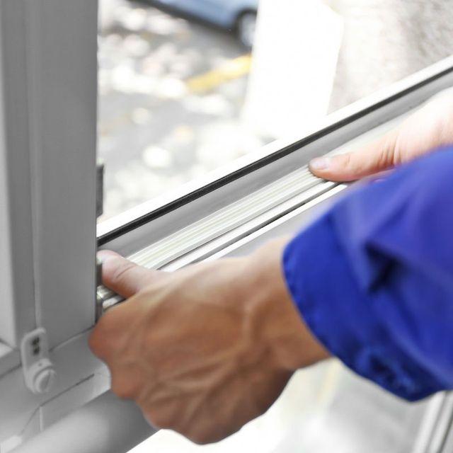 Due Mani durante il montaggio di una finestra
