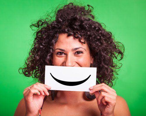 donna con i capelli ricci che sorride