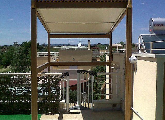 una tettoia su un terrazzo