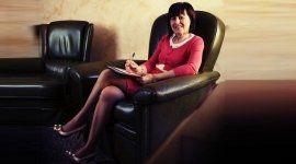 una donna seduta sulla poltrona