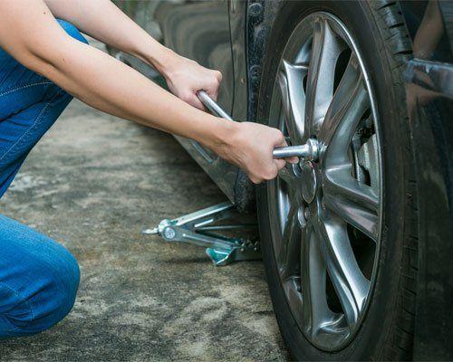 meccanico che cambia una ruota