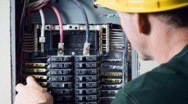 operaio a lavoro su un impianto elettrico
