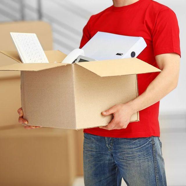 uomo con scatolone
