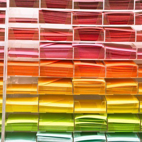 scaffale con carta colorata
