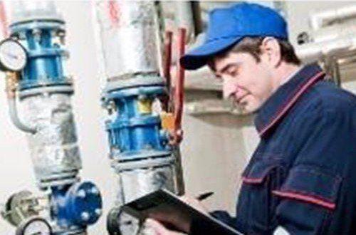 operaio controlla la temperatura della caldaia