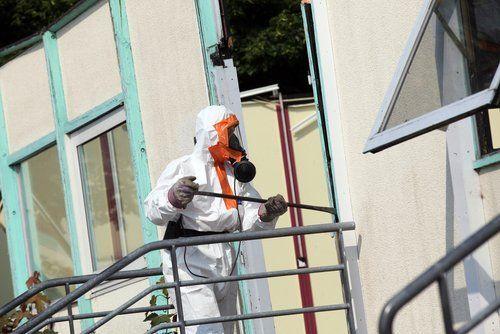 operaio con vestito di sicurezza mentre lavora in un cantiere