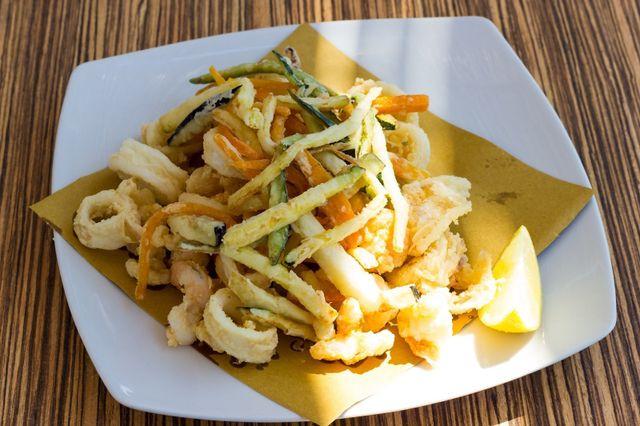 bastoncini di merluzzo fritti con insalata verde e piattino di verdure miste a contorno