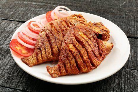 pesce fritto con controrno di pomodori e cipolla