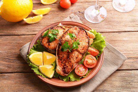 piatto di pesce spada con contorno di verdure