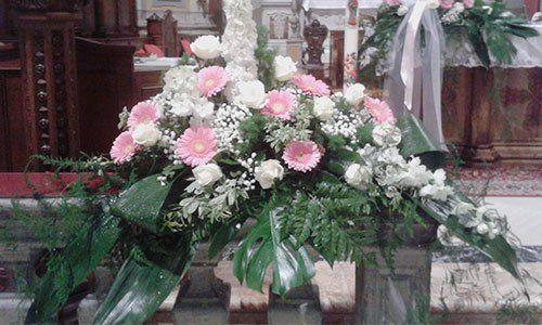 composizione di fiori di color rosa e bianco