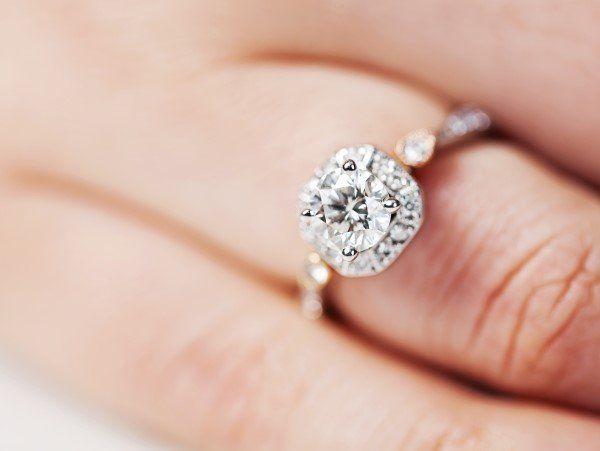 donna indossa anello con pietra preziosa