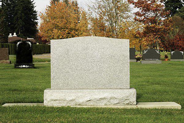 una lapide in pietra