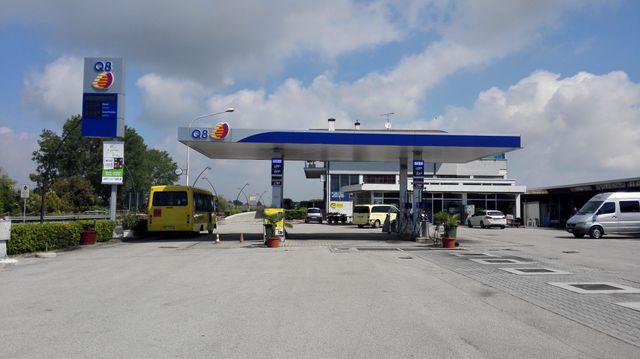 un benzinaio Q8