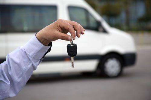 Noleggio Minibus con uomo che consegna chiavi furgone