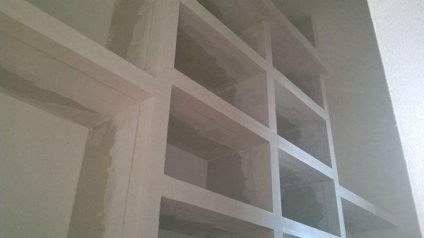 muro con scaffali bianchi