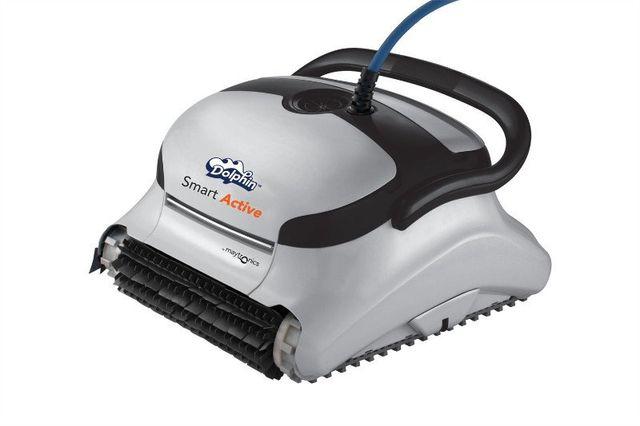 uno pulitore automatico con scritto Dolphin Smart Active per le piscine