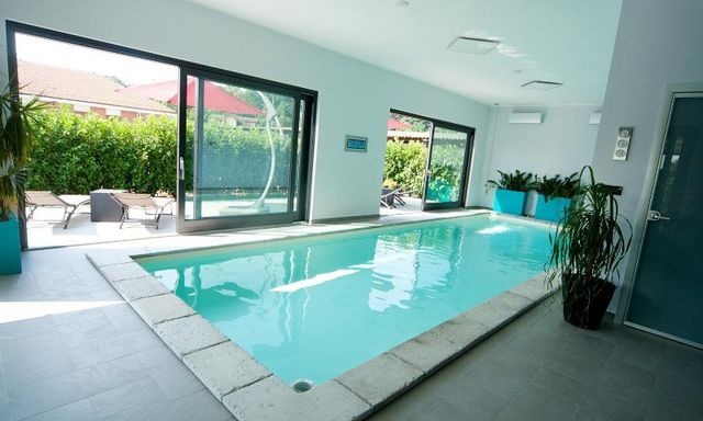 una piscina rettangolare al coperto