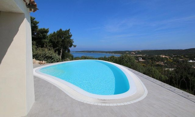 una piscina sulla terrazza di una villa con la vista delle