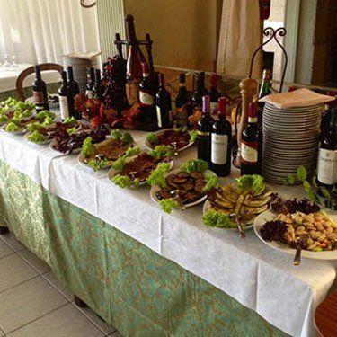 Interno sala ricevimenti con cibo e vino