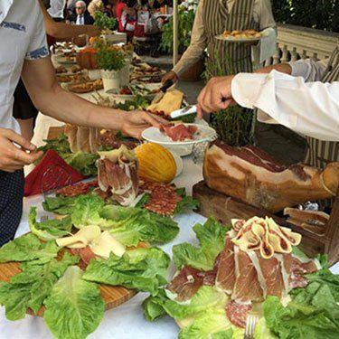 buffet con piatti di carne