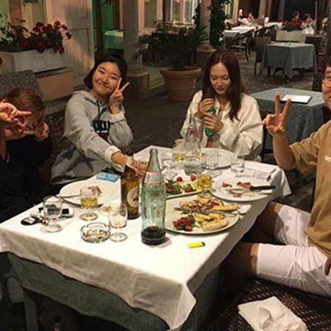 persone che mangiano in un ristorante