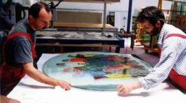 Designer del vetro al lavoro