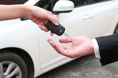 una consegna delle chiavi di una macchina