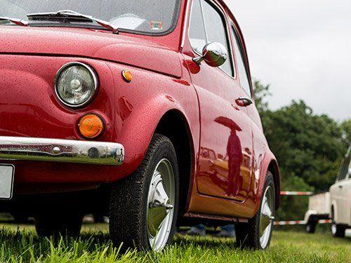 una Fiat 500 vecchia di color arancione