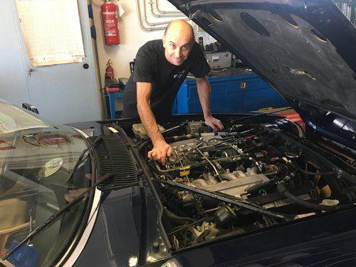 un meccanico che ripara un motore