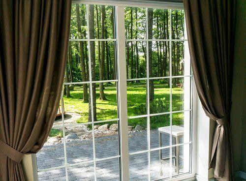Porta finestra con vetri e tende puliti