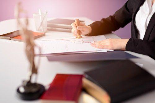 una donna alla scrivania che timbra un documento