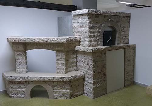 camini di pietra di diversa forma e dimensioni