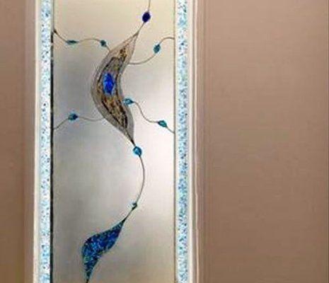 una vetrata con un disegno marrone e blu