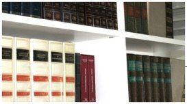 pila di libri nello scaffale