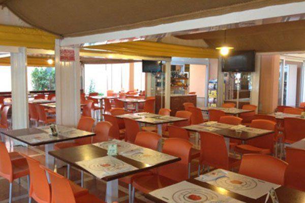 dei tavoli e delle sedie arancioni